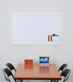 マグネットがくっつき、書き消しのできるホワイトボードシートや、壁材