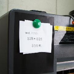 マグネットがつく壁材(Feフレックスシート)|施工例)機械(平滑面)に貼る